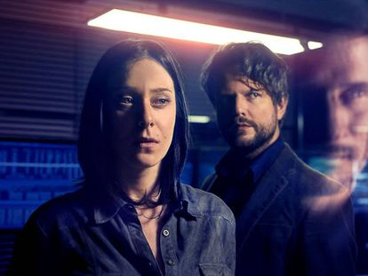 Caroline Abras e Selton Mello, protagonistas da série 'O Mecanismo'.