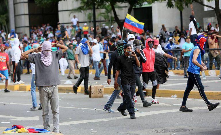 Manifestantes em Caracas nesta quarta-feira, 23 de janeiro, pedem a renúncia de Nicolás Maduro.