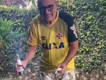 Queiroz faz churrasco em Atibaia, em foto que faz parte da ordem de prisão contra ele.