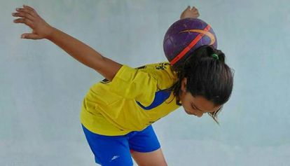 Maria Alice faz malabarismo com a bola.