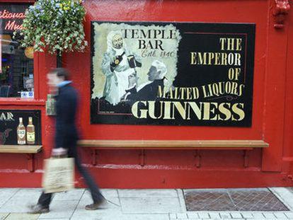 Homem passa em frente a pub em Dublin, na Irlanda