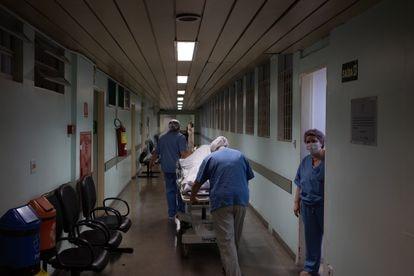 Nem todos os leitos do Hospital Tide Setúbal, referência na zona leste de São Paulo, estão voltados ao combate da covid-19. Na foto, funcionários levam uma gestante para a sala de parto.