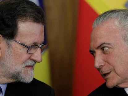 O presidente do Brasil, Michel Temer (direita), fala com o presidente espanhol Mariano Rajoy.
