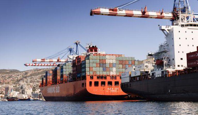 Um cargueiro em Valparaíso (Chile).