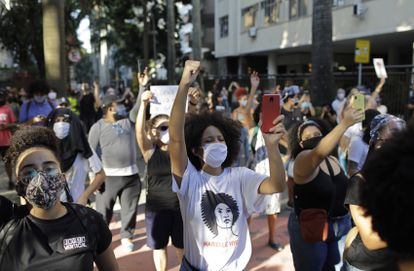 Manifestantes cobram o fim da violência policial nas favelas e contra o racismo no Rio de Janeiro no último 31 de maio.