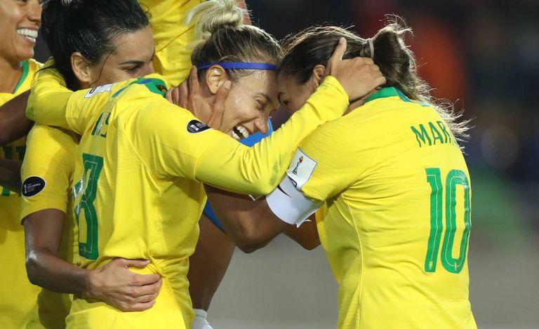 Seleção brasileira comemora vitória sobre o Chile na Copa América, em 18 de abril de 2018.