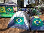 BRA119. BRASÍLIA (BRASIL), 09/09/2021. - Grupos de camioneros bloquean la Explanada de Ministerios en apoyo al presidente de Brasil, Jair Bolsonaro, hoy, en Brasilia (Brasil). El presidente de Brasil, Jair Bolsonaro, pidió a los camioneros que liberan las vías bloqueadas en diversos puntos del país para exigir la destitución de los jueces del Supremo y afirmó que las interrupciones perjudican la ya maltrecha economía de Brasil. EFE/ Joédson Alves