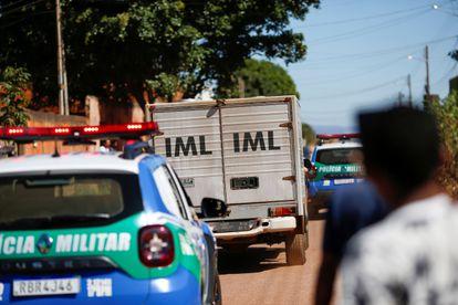 Carro do IML deixa hospital após policias matarem Lázaro Barbosa.