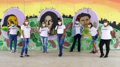 Sete mulheres que integram as 'guardiãs' do Jardim Lapena posam para fotografia na sexta-feira, 12 de fevereiro.