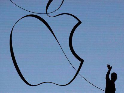 CEO da Apple, Tim Cook acena após apresentação em colégio de Chicago, em março.