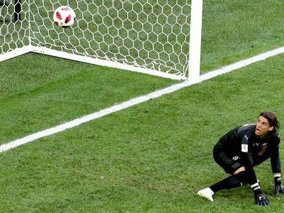 O goleiro suíço Sommer assiste à bola desviada entrar.