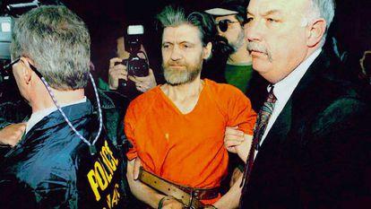Theodore Kaczynski é conduzido por agentes do FBI a um tribunal federal.