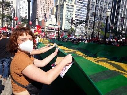Stela Mori agita bandeira do Brasil no Vale do Anhangabaú.