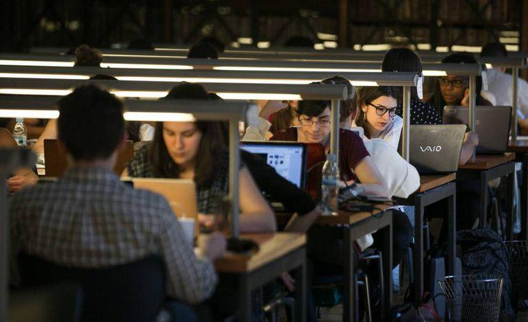 Estudantes em uma biblioteca na Espanha.
