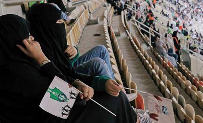 Mulheres comparecem pela primeira vez a um estádio na Arábia Saudita.
