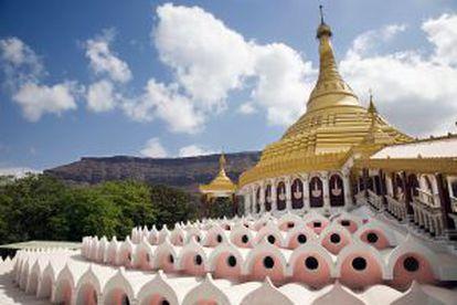 Vipassana International Academy, mais conhecida como Dhamma Giri, em Igatpuri, no estado de Maharashtra (Índia).