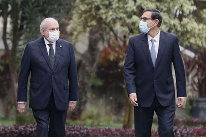 O presidente do Peru, Martín Vizcarra, e o premiê Pedro Cateriano, antes da sessão no Congresso.