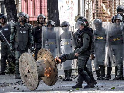 Membros da Guarda Nacional durante o protesto da oposição