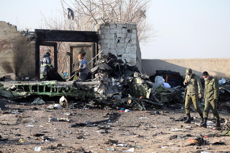 Soldados iranianos caminham pelos restos do avião ucraniano derrubado que deixou 176 pessoas mortas