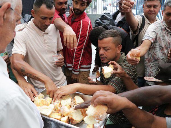 Pessoas em situação de rua recebem acolhimento e comida na paróquia São Miguel Arcanjo, na Mooca, zona leste de SP