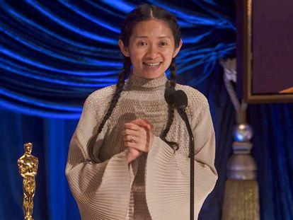 Chloé Zhao recebe o Oscar de melhor direção durante a premiação deste domingo.