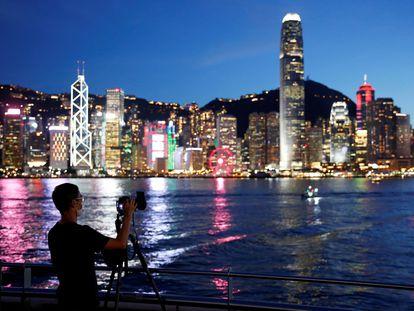 Homem de máscara faz uma foto em Hong Kong.
