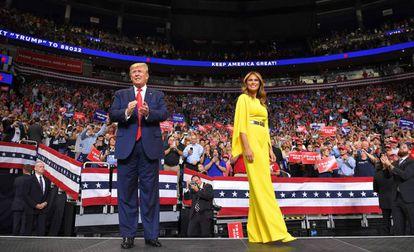 Presidente Donald Trump e a primeira dama Melanie Trump, durante comício na Flórida.