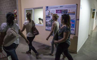 Alunos nos corredores da Universidad de Avellaneda, uma das nove criadas pelo kirchnerismo.