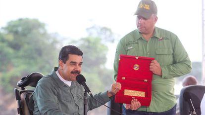 O presidente venezuelano, Nicolás Maduro, mostra um lingote de ouro durante um ato.