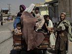 Familias huyendo de su vecindario a medida que se intensificaban los combates en las diferentes zonas y distritos de Kandahar, el 10 de agosto.
