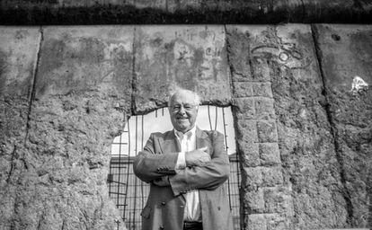 Peter Brinkmann em Berlim, em frente a um dos pedaços que restam do muro.