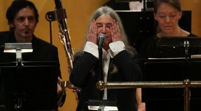 Patti Smith, emocionada em sua atuação na entrega dos prêmios Nobel.