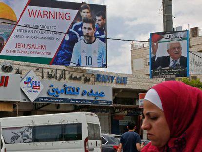 Cartaz em Hebron com a foto de Messi explica que Jerusalém é a capital da Palestina e afirma que são territórios ocupados.