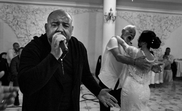 O cantor neomelódico Leo Ferrucci canta em um casamento.
