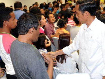 Presidente da Indonésia dando os pêsames aos familiares.