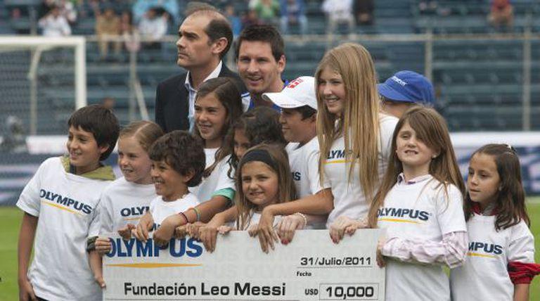 Messi, rodeado de crianças em uma partida beneficente.