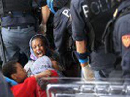 Duas centenas de pessoas procedentes de Sudão, Somália, Eritreia e Senegal resistem ao bloqueio francês na cidade italiana de Ventimiglia