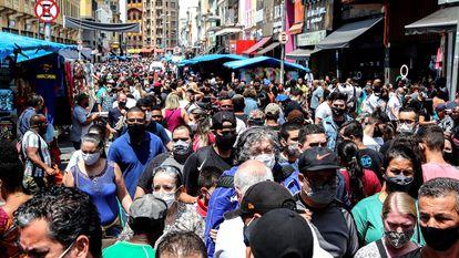 Pessoas caminham pelo centro de São Paulo.