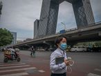 Beijing (China), 18/06/2020.- A woman wearing a protective face mask walks in the central business district (CBD), in Beijing, China, 18 June 2020. Beijing has given Covid-19 nucleic acid tests to 356,000 people since 13 June, according to the city's government officials, as the number of new coronavirus cases is continuing to increase in the city. EFE/EPA/ROMAN PILIPEY