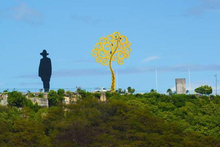 """Uma """"árvore da vida"""" junto ao monumento a Sandino."""