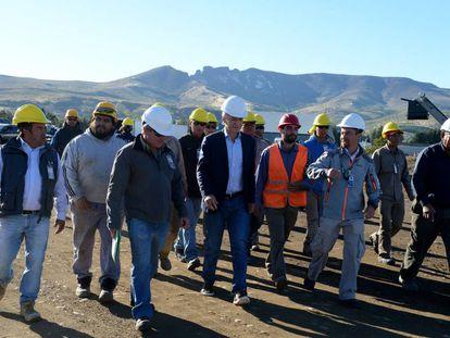 Mauricio Macri percorre as obras de remodelação de um aeroporto na Patagônia.