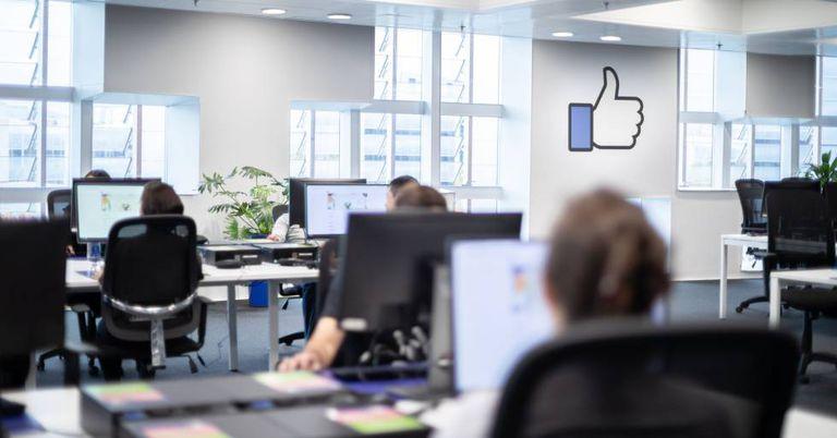 Equipe de trabalhadores que vigiam os conteúdos do Facebook no centro de controle de Barcelona.