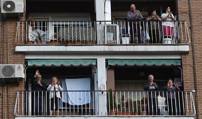 Em suas varandas, moradores de Alcalá de Henares homenageiam com aplausos o trabalho dos profissionais de saúde na Espanha.