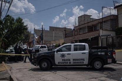 Agentes da polícia municipal vigiam a rua de las Margaritas em Atizapán de Zaragoza.