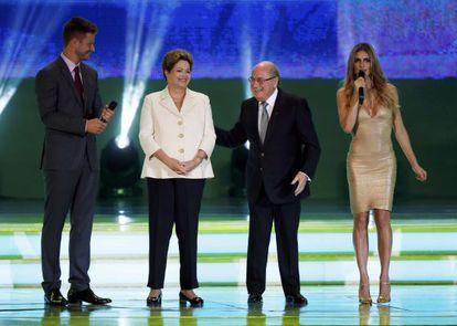 Dilma Rousseff e Joseph Blatter (centro), no sorteio do Mundial.