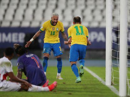 Neymar e Everton Ribeiro comemoram o terceiro gol da seleção.