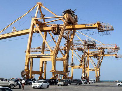 Guindaste de container no porto da cidade de Hodeida, no Iêmen, país que deve ter o maior índice de crescimento econômico em 2019