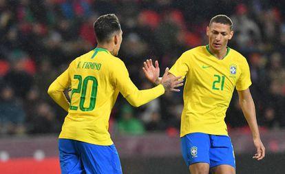 Firmino comemora com Richarlison o primeiro gol da seleção.