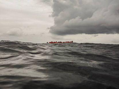 Migrantes esperam ser resgatados pela ONG Open Arms a 90 km de Líbia.