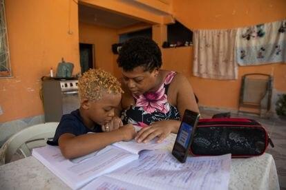 A mãe de Isaac, Marcela da Silva, tenta ajudá-lo a manter uma rotina escolar.
